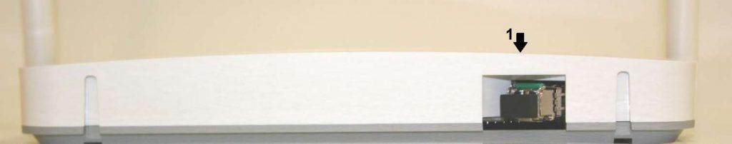 KUITULIITIN (1). Laitteen asentajan kytkemä kuituliitin yhdistää kuitukaapelin päätelaitteeseen.