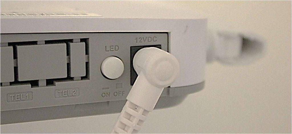 KUVA 2. Päätelaitteen virtajohto kytkettynä ja LED valojen On/Off - nappi.